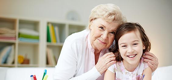 Une grand-mère serre sa petite fille dans ses bras