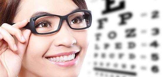 Personne regardant les lettres avec ses lunettes