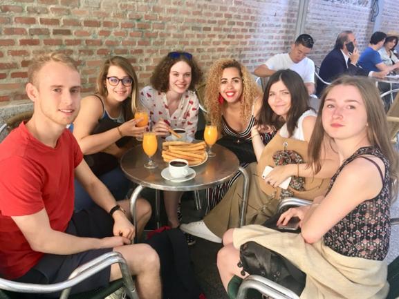 Dégustation de churros à Madrid, durant le voyage d'études du Bloc 2, mai 2019