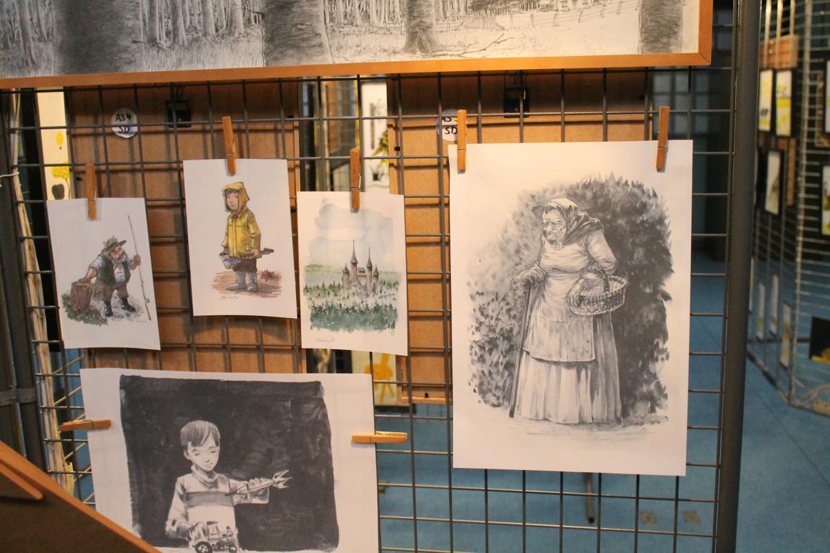 Peintures accrochées au mur