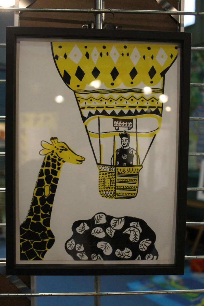 Peinturede giraffe accrochée au mur