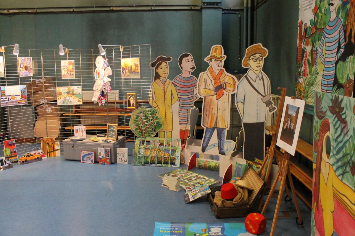 Peintures accrochées au mur et personnages en carton